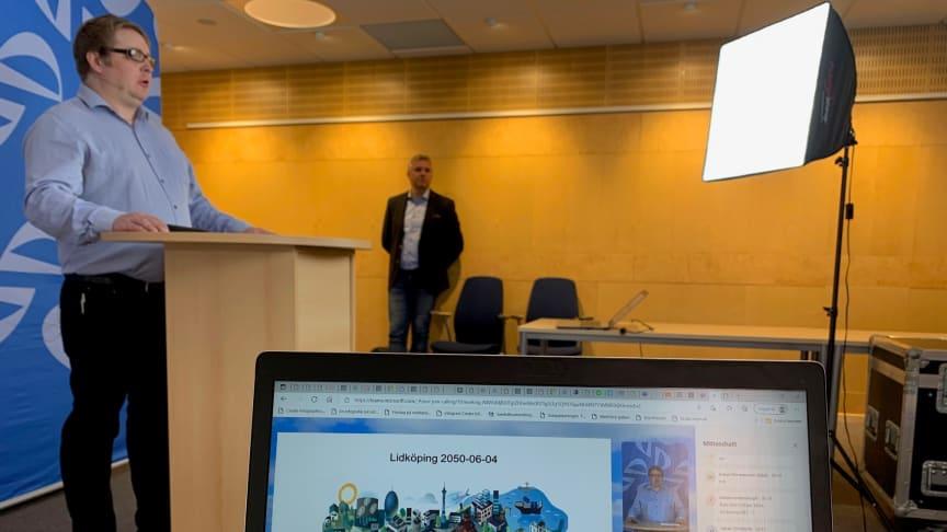 Projektledaren Martin Björklund presenterar arbetet bakom förslaget av den nya stadsutvecklingsplanen.