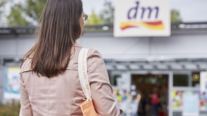 Kunden schätzen an dm das Preis-Leistungs-Verhältnis, die Auswahl an Kosmetik-Produkten und die Qualität der Eigenmarken.