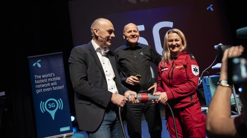 Sigve Brekke, President & CEO of Telenor Group, between Bjørn Ivar Moen, acting CEO of Telenor Norway and Anne Elisabeth Hengna, ambulance worker.