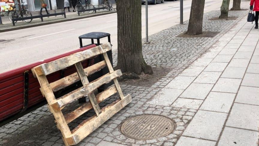 Det var detta brunnslock på cykelvägen längs Södergatan i Helsingborg som gav vika. Bilden togs innan NSVA hunnit spärra av det aktuella området. FOTO: Helsingborgs stad.