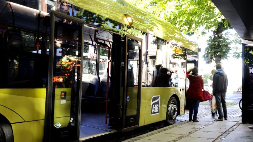 Buss ved holdeplass i Trondheim (Foto: AtB)
