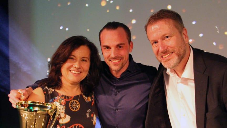 Årets Apotek 2020 är Apoteket Trångsundsvägen i Kalmar. Apotekschefen Mattias Andersson tillsammans med Ann Carlsson och Lars Skutholm, vd respektive vice vd på Apoteket.