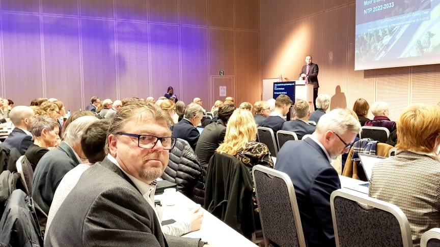 Når forskriften ennå ikke er klar, bør statsråd Dale (på talerstolen) utsette iverksettelse av loven, mener Øystein Trevland, leder i Norges Taxiforbund.