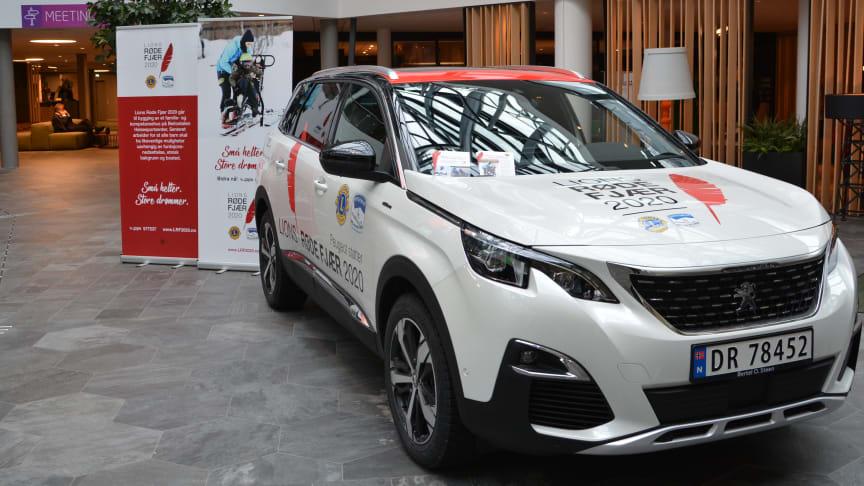 Peugeot stiller til disposisjon to 5008 GT Line, vakkert foliert med Lions Røde Fjær 2020 logo, som skal bidra til markedsføringen av aksjonen.