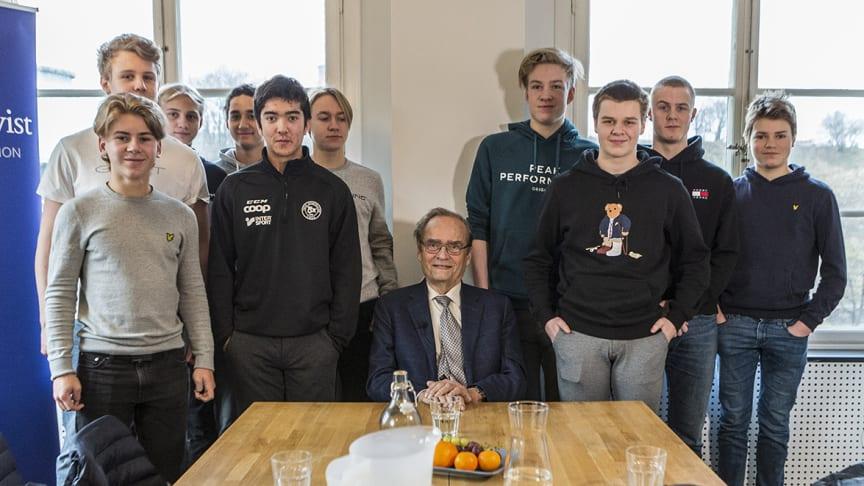 Arne Ljungqvist och elever från Thoren Business Schools hockeyklass.