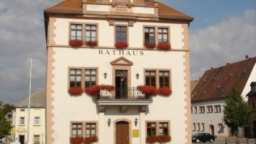 Rathaus Geithain: Bürgermeister Frank Rudolph hat einen Vertrag für 14 städtische Liegenschaften für einen echten, kupferfreien Glasfaseranschluss unterzeichnet.