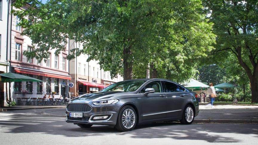 Blir fornyet: Denne forrige generasjonen av Mondeo Hybrid kom bare som sedan.  Den nye generasjonen kommer også nå som stasjonsvogn.