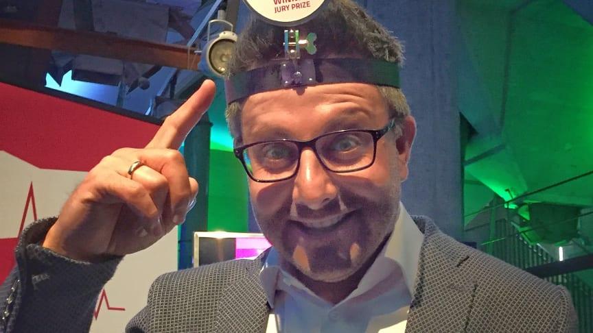 Carsten Frederik Buchert, Marketingleiter der Felix Burda Stiftung, trägt den HealthShare Award