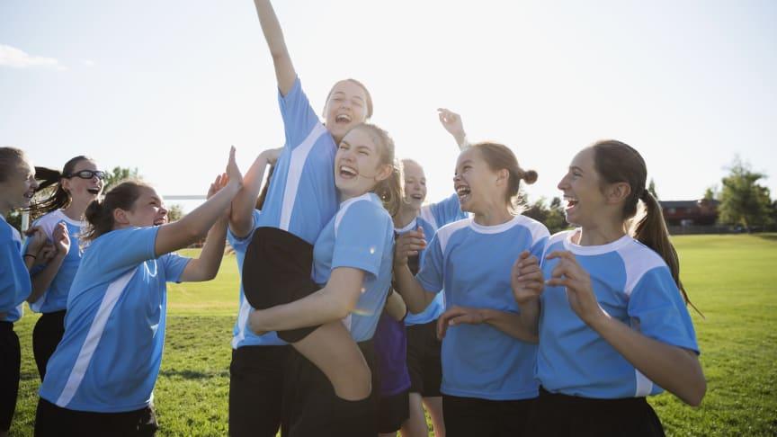 Craft & Always vill få fler unga tjejer att fortsätta idrotta genom kampanjen #LikeAGirl