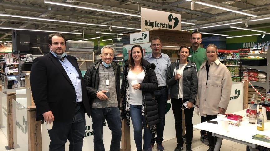 v.l.: Johannes Saal (Tierheim (TH) Schwebheim). Wolfgang Friedl (Dt. Tierschutzbund LV Bayern), Kristin Schlembach (TH), Dirk Winter (Fressnapf Mainfranken GmbH), Christina Hermann (TH), Roman Häntsch (Marktleiter), Dr. Romy Zeller (Tierschutzbund)).