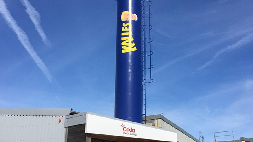 En av Kungshamns stoltheter, Kalles skorsten vid ingången till Orkla Foods Sveriges anläggning på Hagaberg.