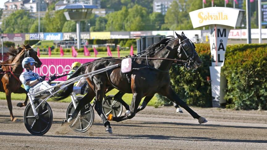 Don Fanucci Zet och Örjan Kihlström vinner Elitloppet 2021. Foto: Maria Holmén/ATG.