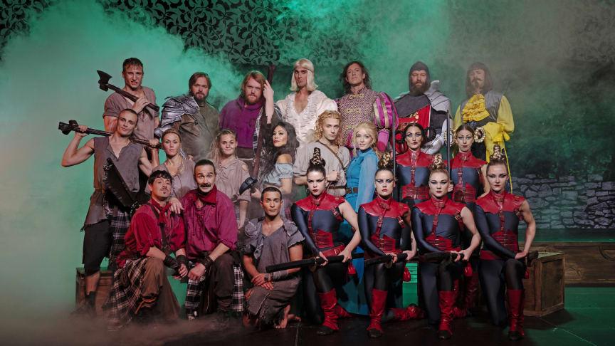 Hela ensemblen i Robin Hood The Musical