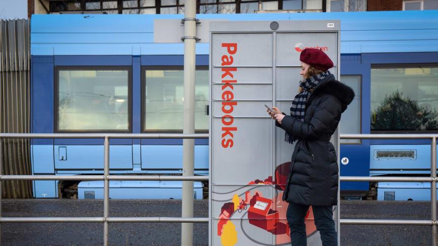 Pakkeboks vil bli utlevert blant annet på steder der folk ferdes ofte, som på trikkeholdeplasser. Foto: Birger Morken