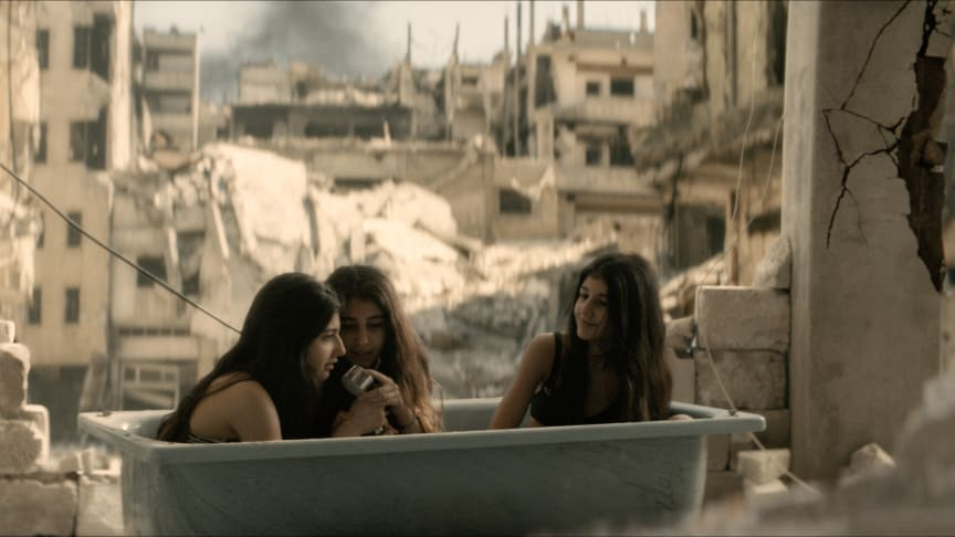 Gold is written and directed by Abbe Hassan. In the roles of Amal, who finds a gold necklace, and her sisters we see Narin, Cedra and Sherin, three sisters who moved to Sweden from Aleppo, Syria. They are al big YouTubers.  Photo: Linus Eklund