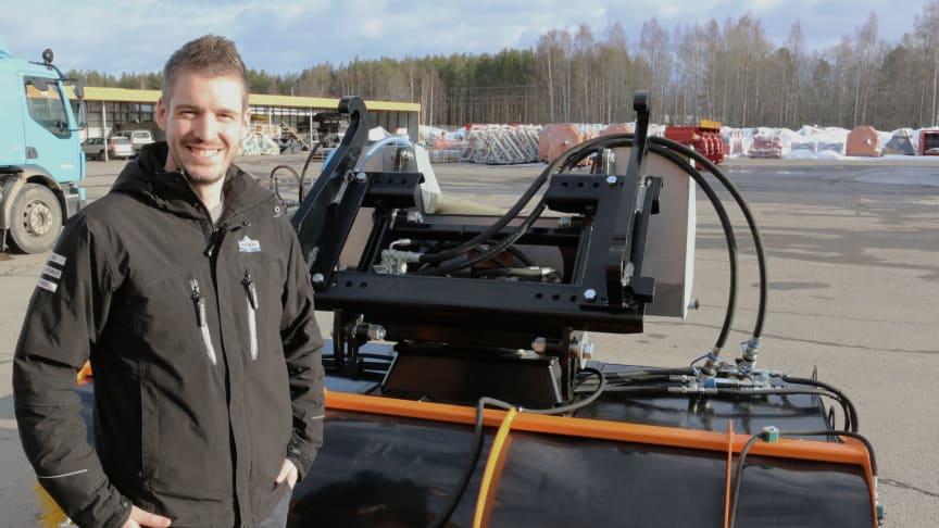 Johan Schols framför sopmaskinen Trejon Optimal Circulus.