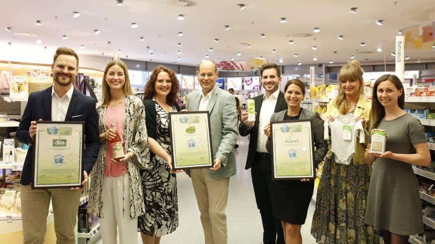 """Nobert Lux (Mitte), CEO Green Brands, überreicht die Auszeichnungen zur """"GREEN BRAND Germany"""" an (v.l.n.r.) Christian Kluge, Marlene Jonas, Stefanie Schönherr, Alexander Diefenbacher, Elena de Punzio, Kerstin Rühl und Nina Zikmund"""