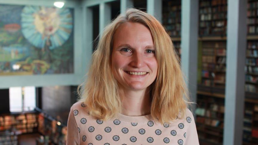 Frivillig: Silje Bjerke,  en av Norges beste kvinnelige sjakkspillere, har gjort sjakk til en attraktiv møteplass på Deichman.