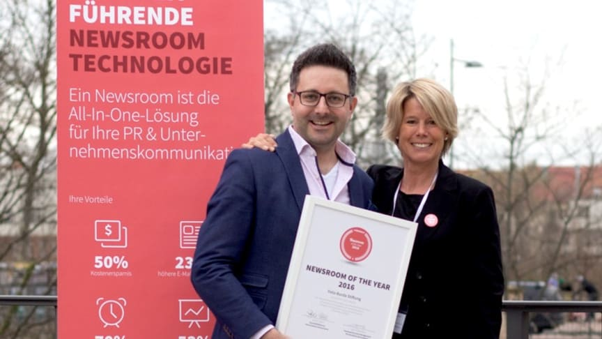"""Carsten Frederik Buchert (Felix Burda Stiftung) und Sylvia Eberl (Geschäftsführerin Mynewsdesk Deutschland) bei der Übergabe des Awards """"Newsroom of the Year"""""""