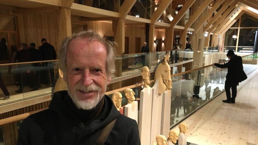 """Lars Agger vid sitt konstverk """"Livets schack""""som nu fått sin slutliga placering i Lindesberg."""