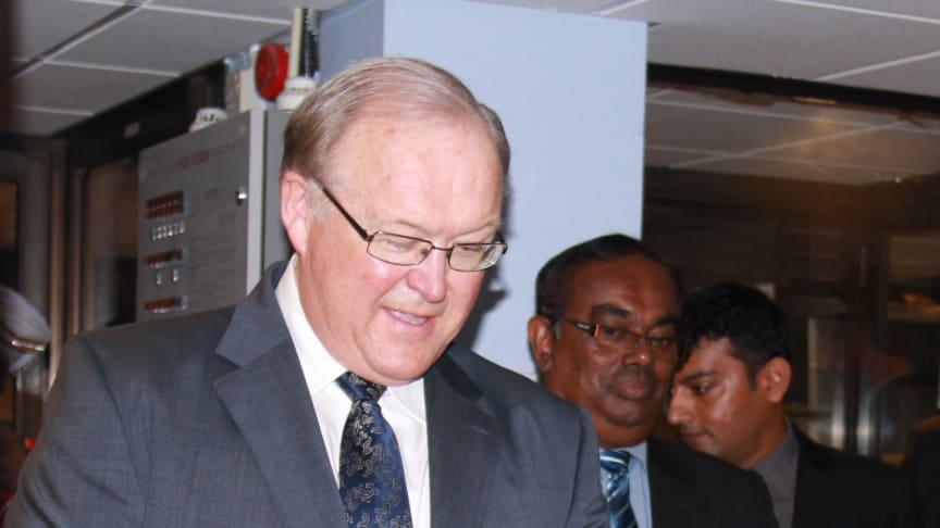 Cambios styrelseordförande Göran Persson överlämnar forskningsutrustning till universitet på Sri Lanka