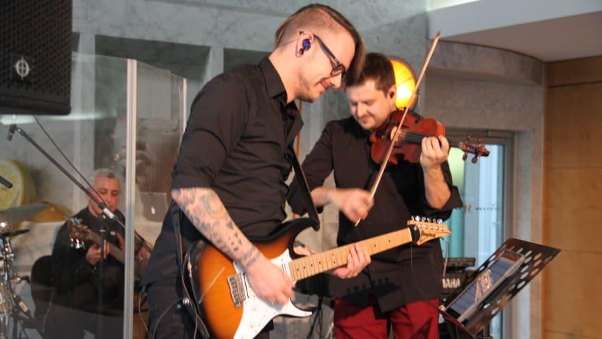 Geiger Stefan Krznaric und Gitarrist Nico Schliemann bei der SINFONIMA Adventsmatinée