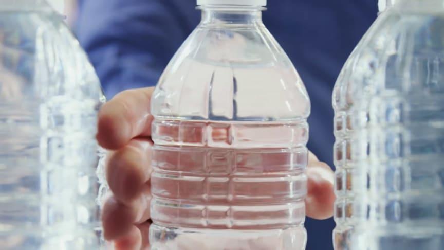 Gamle vandflasker forvandles til nye måtter