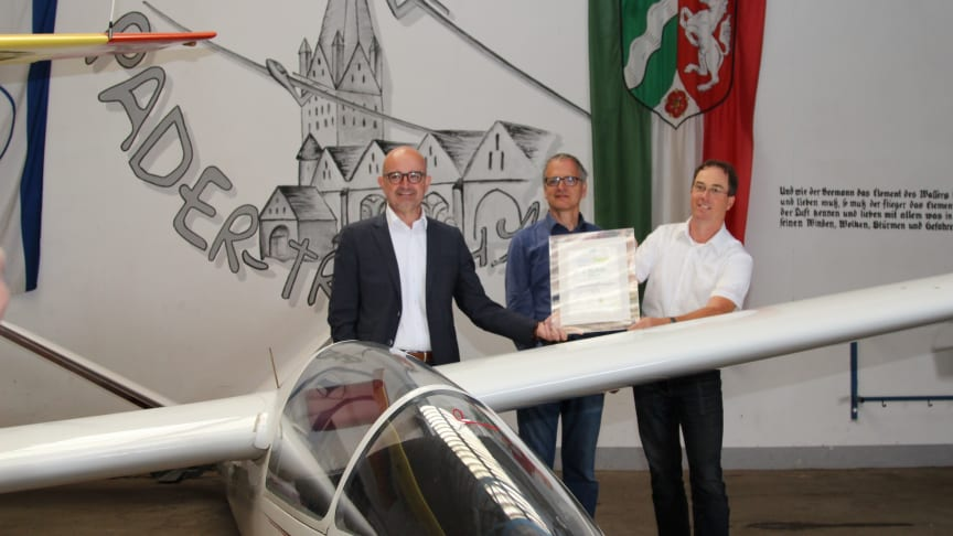 Machen Luftsprünge vor Freude: LG Paderborn bekommt eine Urkunde und 25.000 Euro von WW (v. l. Andreas Speith, Geschäftsführer WW, Christian Witte und Ingo Zoyke, Vorstand LG Paderborn)