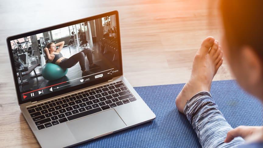 I och med att många arbetat på distans så har Skatteverket också beslutat att digital träning är giltig som friskvård. Det innebär att du kan få friskvårdsbidrag även för kursavgifter för de träningspass du deltar digitalt i.