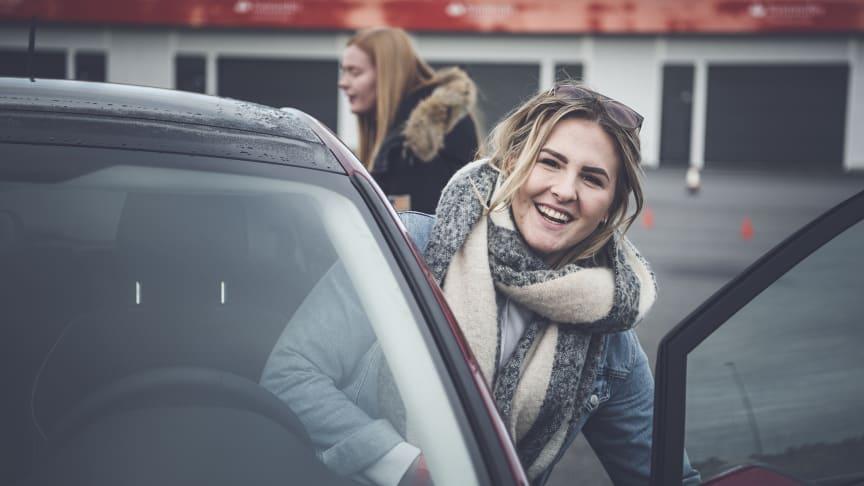 KONSENTRERT: De mange ungdommene fikk prøve seg på flere utfordrende og morsomme øvelser som er laget for å gjøre dem til bedre og mer bevisste sjåfører.