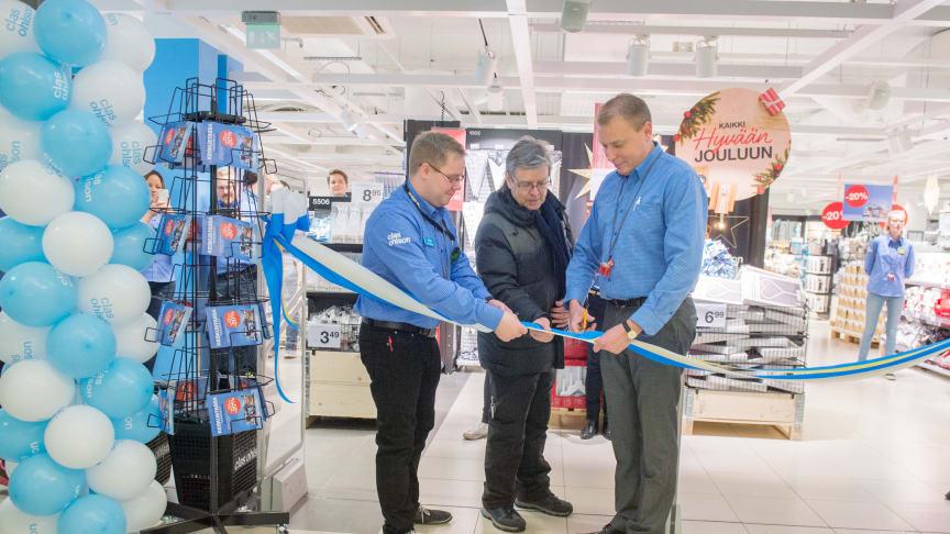 Ensimmäinen asiakas Pekka Penttinen leikkasi nauhan yhdessä myymäläpäällikkö Johan Sturkin ja toimitusjohtaja Sampo Päällysahon kanssa.