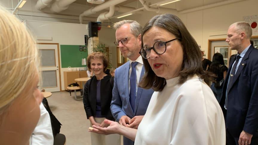 Mikael Damberg och Anna Ekström pratade med elever och skolpersonal på Källebergsskolan.