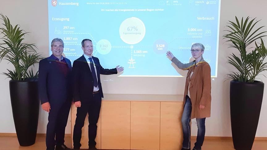 Energiedaten im 15-Minuten-Takt: Bürgermeisterin Gudrun Donaubauer (r.) sowie die Bayernwerk-Vertreter Ingo Schroers (M.) und Franz-Josef Bloier (l.) bei der Vorstellung des EnergieMonitors im Hauzenberger Rathaus.
