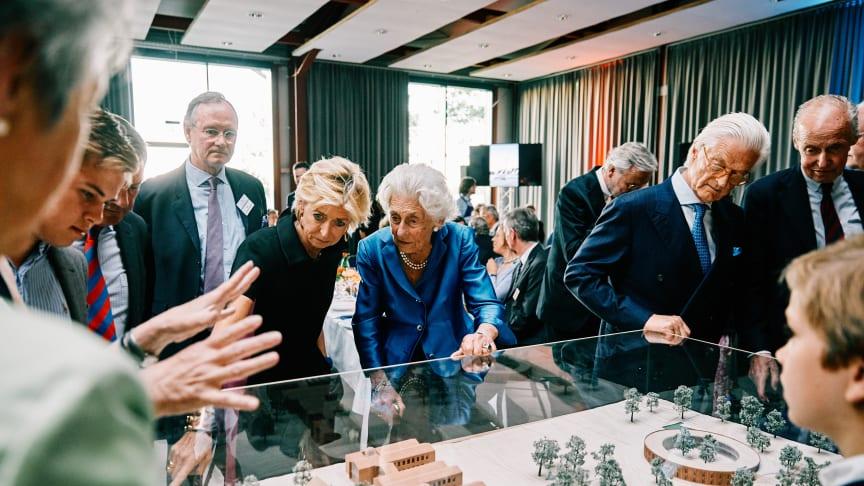 Vorstandsvorsitzende der Stiftung Louisenlund, Ingeborg Prinzessin zu Schleswig-Holstein, erklärt ihrer Mutter, Marie Alix Herzogin zu Schleswig-Holstein, das Model mit den Neubauvorhaben.