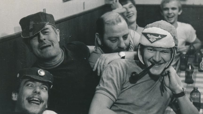 (Foto: Finn Knudsen, 1971) Højt humør og kammeratskab på det danske polarskib NELLA DAN, der sejlede forsyninger og mandskab til Antarktisk. Ny udstilling på M/S Museet for Søfart om fællesskab og eventyr.