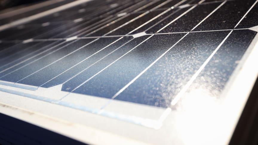 Mieter und Bewohner von Mehrfamilienhäuser können mit einem Steckersolar-Gerät eigenen Strom für das Zuhause gewinnen