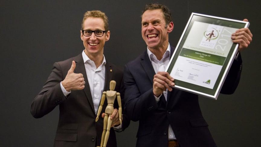 Endlich ein Woody für Kebony! Große Freude bei Deutschlandchef Marcell Bernhardt und Vertriebskollege Stephan Knipping.