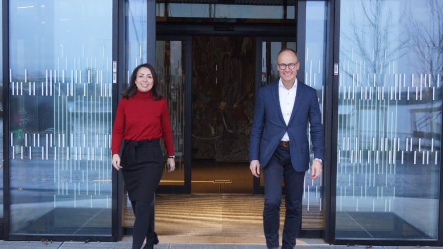 Strategidirektør Tonje Foss og Administrerende direktør Nils Kristian Nakstad i Enova har inngått en ny styringsavtale med sin eier, Klima- og miljødepartementet.