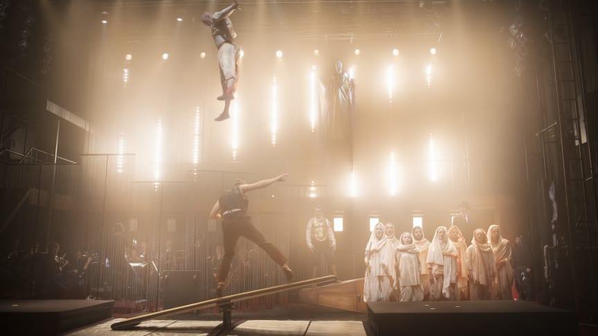 Cirkusartister och ensemble i Satyagraha på Folkoperan. Foto: Markus Gårder
