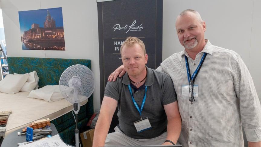 Pecka Rinne på Joensuun Sänkytehdas OY som säljer Pauli Jämséns (till höger) designersängar