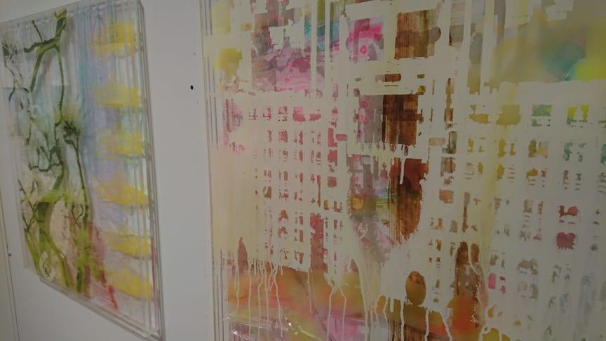 """Bild från Länets konst på Örebro slott 2018. Aguirre&Jonnson, mixed media; akryl på akrylglas  """"Springprints"""" och """"Daylights""""."""
