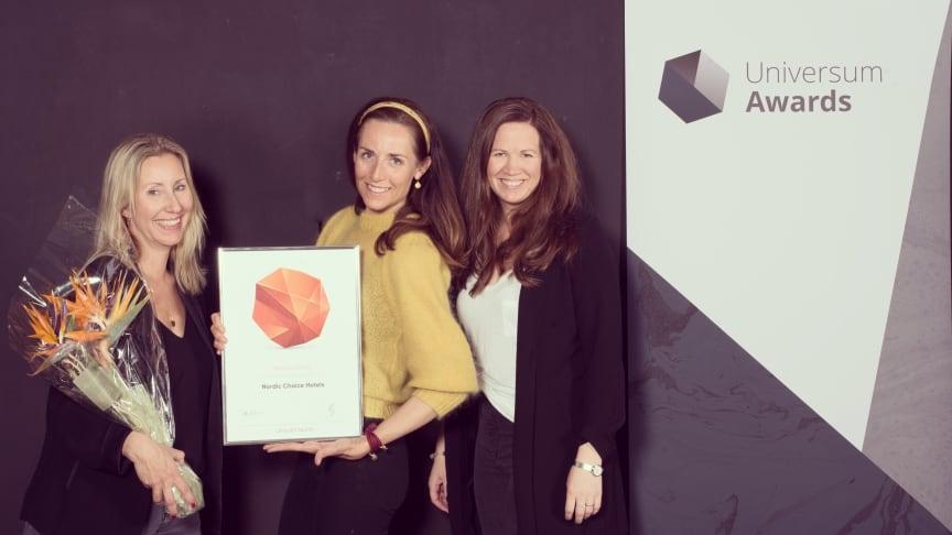 HR-sjef Karin Sjögren (til venstre) og kollegaer fra Nordic Choice Hotels med diplomet som viser at selskapet er det mest attraktive å jobbe i, innen turisme, for økonomistudenter.