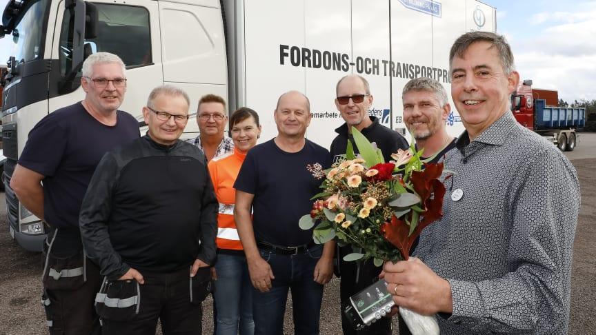 Rektor Bengt Bobeck med blommor tillsammans med stolta lärare på transportprogrammet. Foto: Curt-Robert Lindqvist.