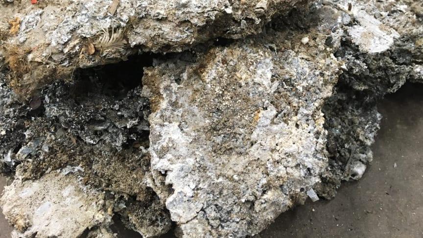 Klumpar av smält metall som hackats bort från pannan.
