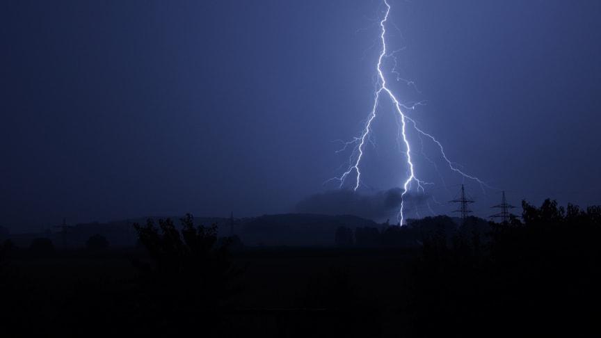Blitzeinschläge in das Stromnetz wie in der vergangenen Unwetternacht führen zu kurzen Überspannungen und können dabei Kabel beschädigen.