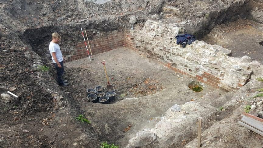 ROMUs arkæolog Alexander Beyer E. Banck i kælderen, som muligvis engang har tilhørt dronning Margrete 1. Foto: Museumskoncernen ROMU