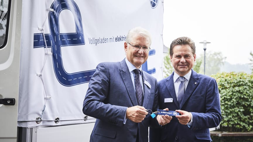 Wiehl is the first city in Germany to use BPW's innovative electric axle drive eTransport. Mayor Ulrich Stücker accepted the converted Mercedes Benz Vario from BPW's personally liable managing partner Michael Pfeiffer (left)