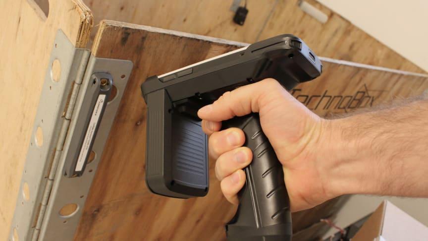 Handdatorn Nautiz X2 i pistolgrip-tillbehör med UHF RFID-läsare för snabb inläsning av etiketter och taggar.