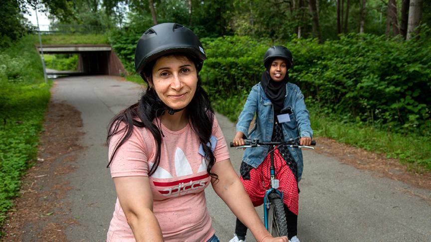 Amira Nehelly och Anab Hassan tränar cykelbalansen på kursens första kväll.