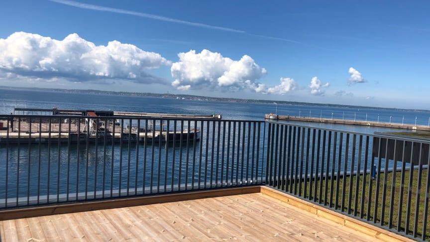 Utsikt från Brf Oceankajen över sundet mot Danmark. Två av de 46 lägenheterna finns kvar till salu, varav den ena har balkong mot väster likt bilden ovan.